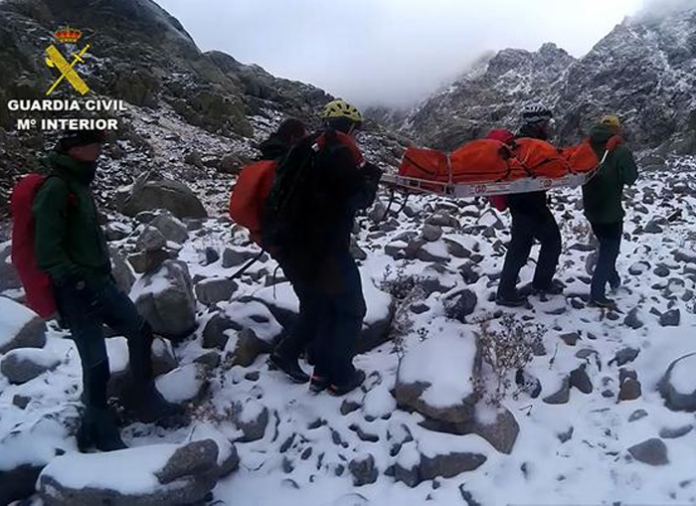 La Guardia Civil evacua el cuerpo de un senderista que perdió la vida en Gredos