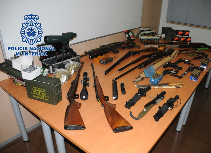 Detenido un español que tenía un depósito de armas de guerra en Martorell