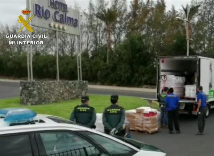 La Guardia Civil gestiona la entrega de alimentos a ONG en Las Palmas