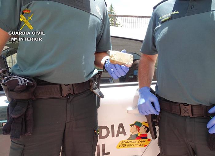 La Guardia Civil detiene en Cieza (Murcia) a una pareja que tenía un punto de almacenamiento de armas y droga