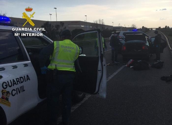 La Guardia Civil detiene en Barcelona a los tres ocupantes de un vehículo por saltarse un control del confinamiento