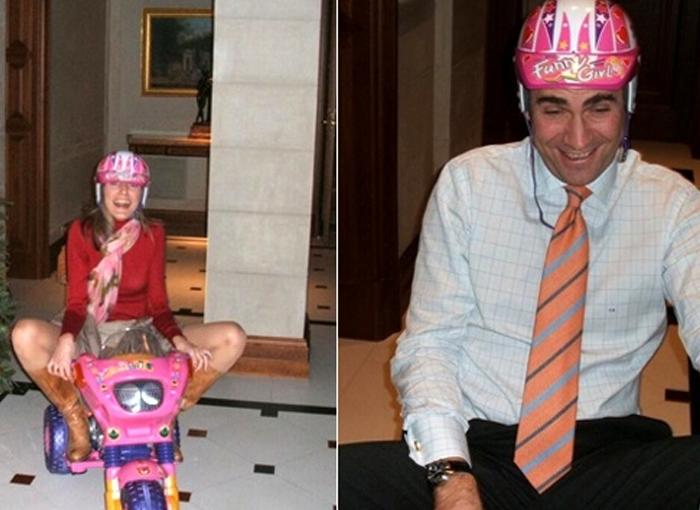 Letizia y Felipe subidos en un triciclo, uno de los momentos más divertidos de la Casa Real.