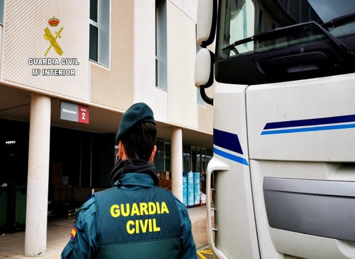 La Guardia Civil escolta a un camión que portaba material sanitario desde la frontera con Portugal hasta Alicante