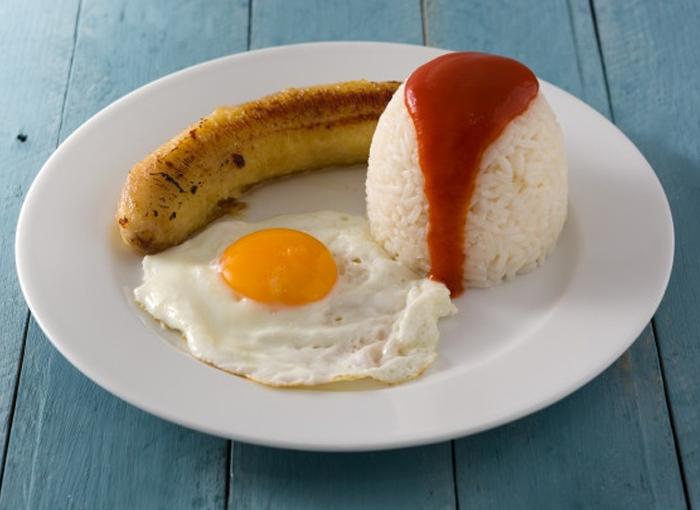 Arroz a la cubana, una de las recetas más populares con arroz.