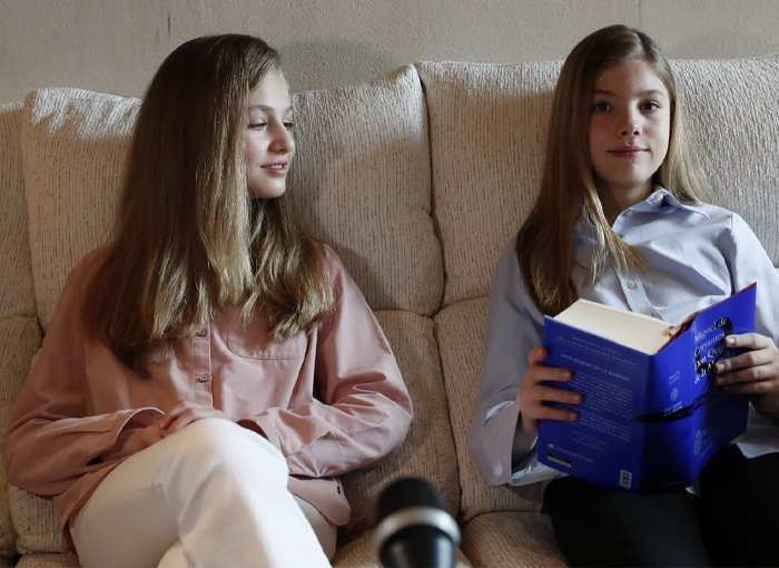 La princesa y la infanta durante la lectura de 'El Quijote'.