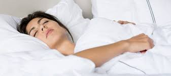dormir boca arriba con los brazos rectos o sobre el cuerpo