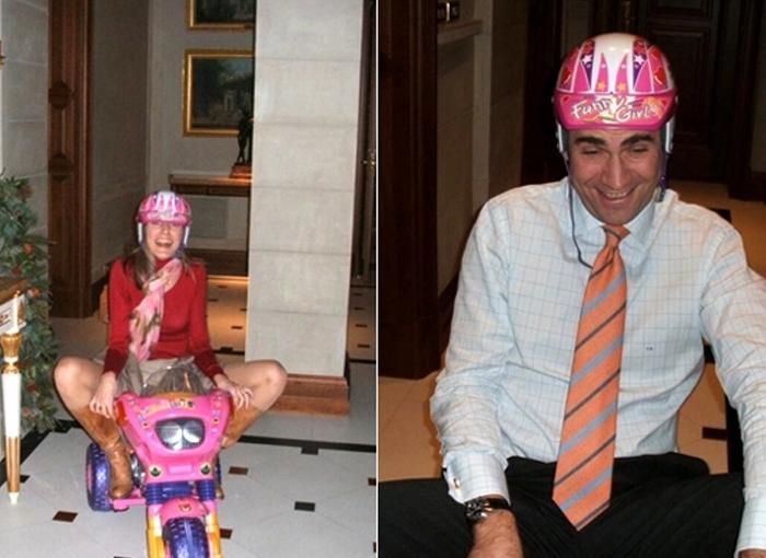 Los reyes en triciclo en la Casa Real.