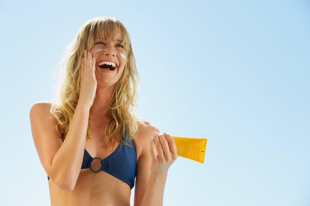 Aplicar una crema solar en todo momento