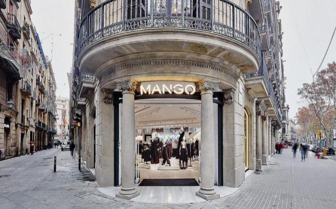 Las camisetas de Mango (rebajadas) que han desatado la locura en sus tiendas