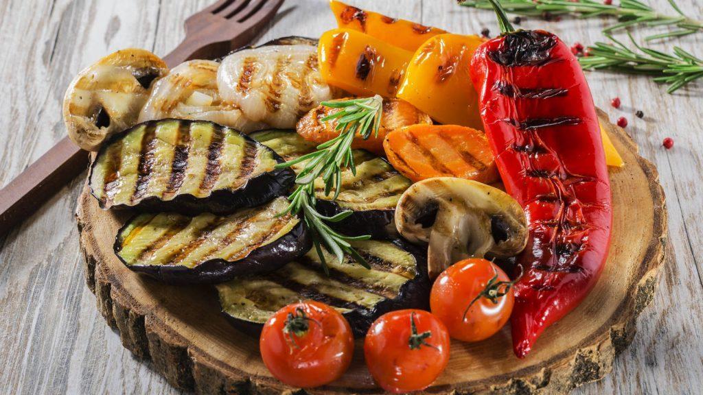 Ensalada de Vegetales al Grill para una dieta impecable llena de mucha diversión y color