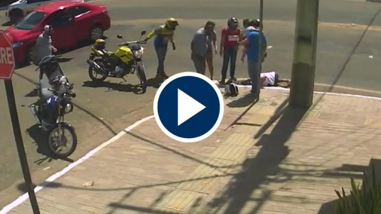 Una alcantarilla fue el destino de una mujer tras chocar su moto con un coche
