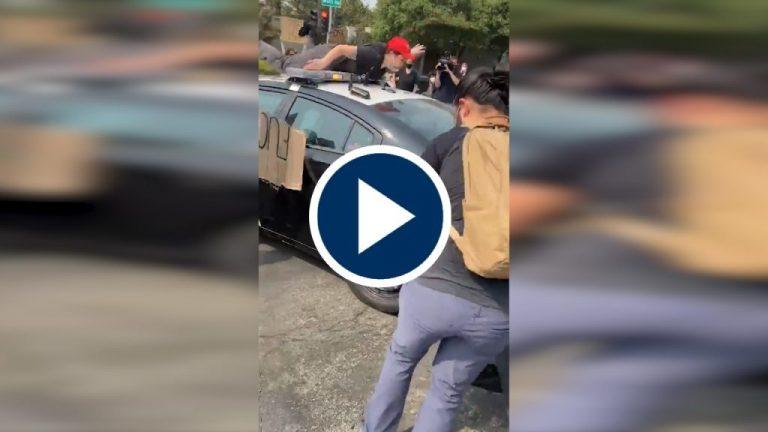 La policía arrolla a un joven manifestante en Sacramento