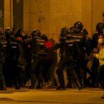 De recibir pedradas a ser cuestionada por Podemos: la Policía, quemada por Pablo Hasél