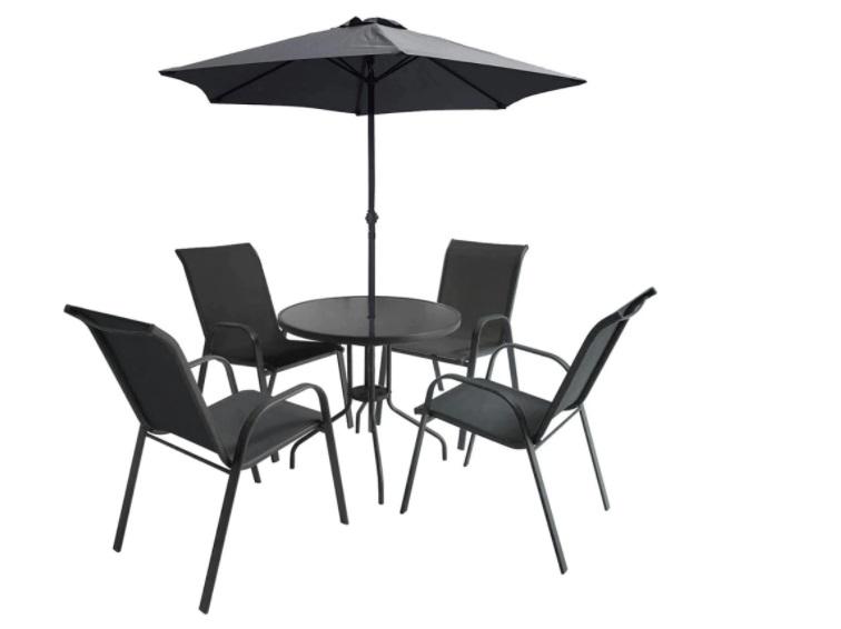 sillas mesa y sombrilla