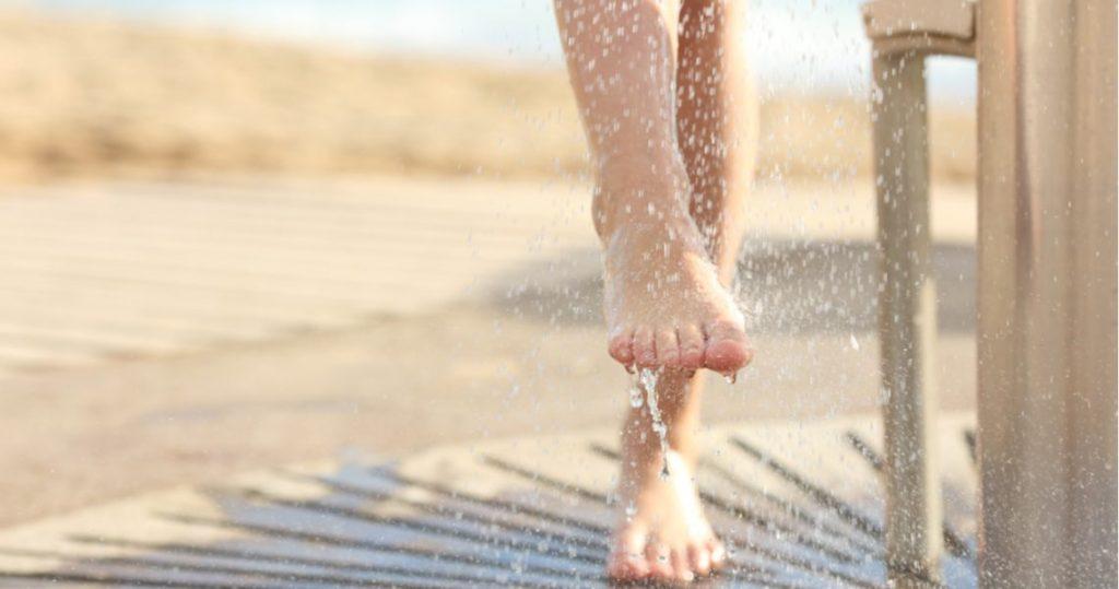 ¿Cómo podemos quitarnos la arena de la playa de nuestros pies?