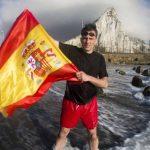Ortega Smith maniobró para colocar una bandera de España en la plaza en la que vive