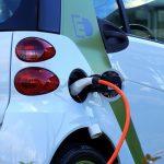 El Gobierno prepara el 'boom' del coche eléctrico para 2022 con la luz por las nubes