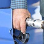 El Gobierno cree que la gasolina bajará en 2022 por arte de magia a 1,26 euros el litro