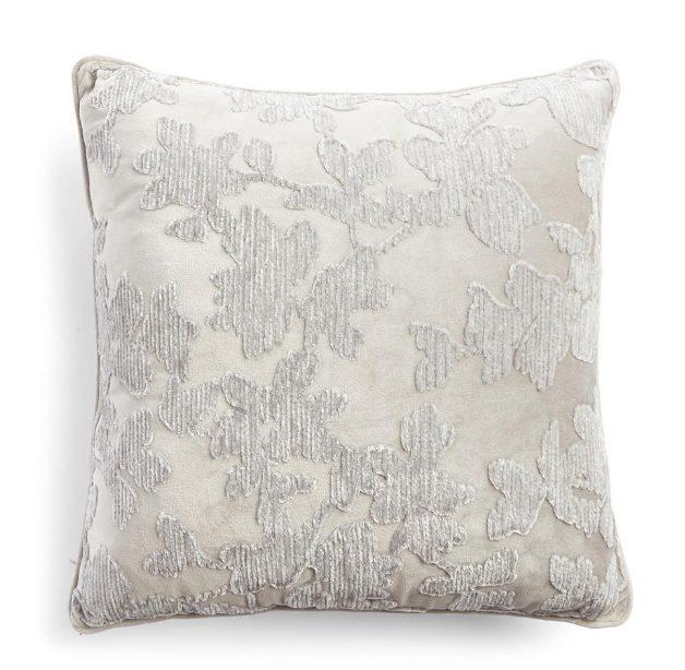 Cojín de terciopelo plateado con textura floral Primark