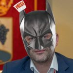 Concejal de Majadahonda de día y dircom de Lobato de noche, así es Batman de prensa